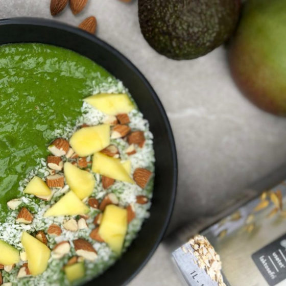 Melkefrie smoothiebowl med mango & avokado