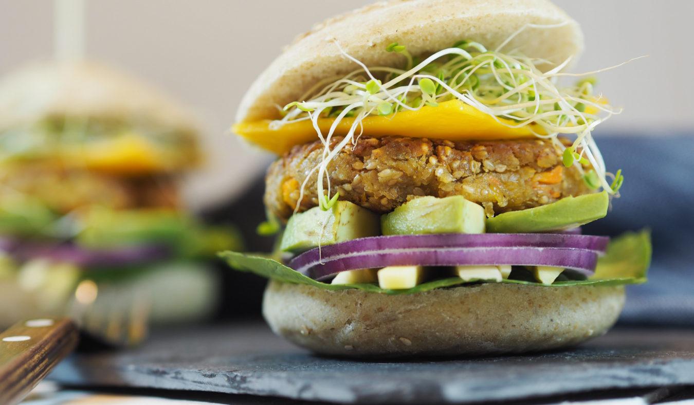 Vegansk cheeseburger av kikerter & gulrøtter