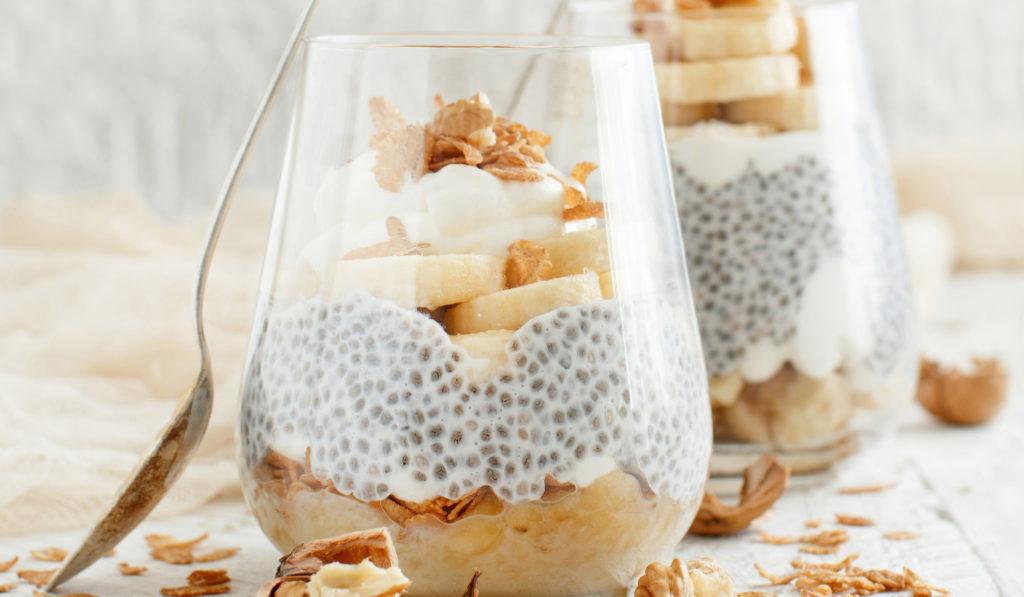 Chiagrøt med gresk yoghurt & valnøtter